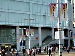 画像:JR桜木町駅前のバナーフラッグ