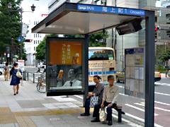 画像:広告付きのバス停留所